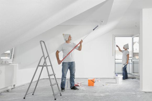 Comece a pintura pelo teto e depois passe para as paredes