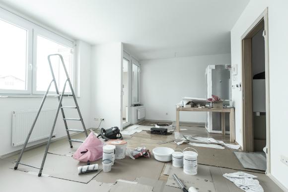 Cubra todo o chão com papelões ondulados para evitar que a tinta chegue ao piso (Fotos: Shutterstock)