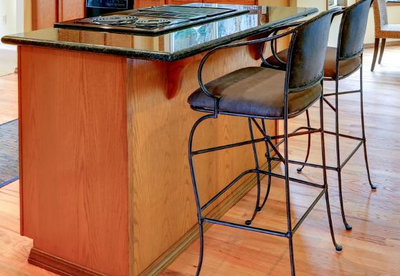 Banquetas de aço ou metal são as mais indicadas para a cozinha