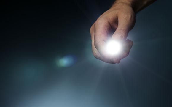 Ter lanternas e velas em causa são as dicas mais simples para evitar a escuridão (Fotos: Shutterstock)