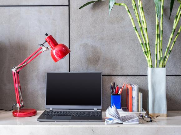 Luminária para home office precisa atender a alguns critérios (Fotos: Shutterstock)