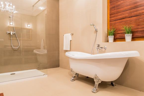 Existem várias opções de banheira no mercado. Essa, por exemplo, segue um estilo retrô (Foto: ShutterStock)