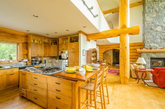 Banquetas de maadeira clara para cozinha americana (Foto: Shutterstock)