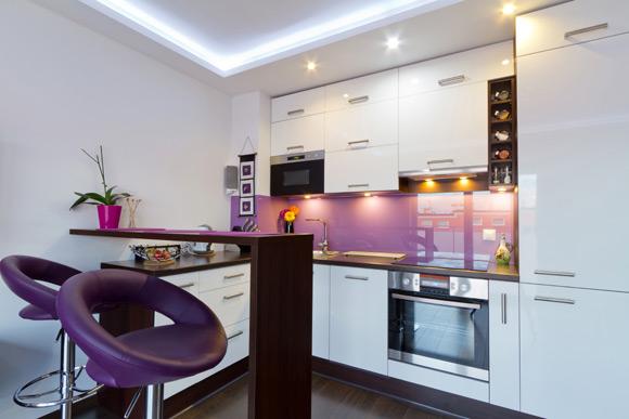 Banquetas com estofamento roxo (Foto: Shutterstock)