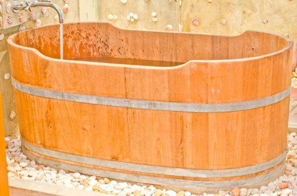 Ofurô geralmente é de madeira e a água é bem quente para ajudar em tratamentos (Foto: shutterstock)