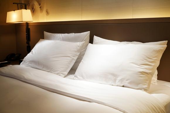 Travesseiros também precisam de protetores, que devem ser retirados para lavar semanalmente. (Foto: Shutterstock)