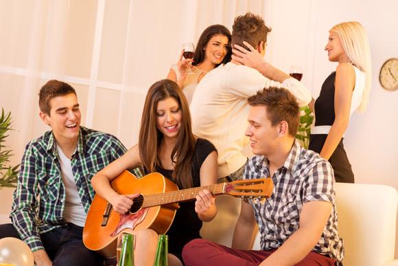 Barulho é uma das principais reclamações de vizinhos ao fazer festa dentro de casa (Foto: shutterstock)