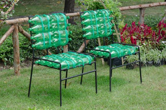 Cadeira com garrafa pets