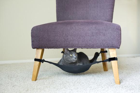 A peça fica presa nos pés da cadeira ou da poltrona