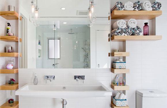 Nichos e prateleiras são ótimas opções para organizar os utensílios do banheiro