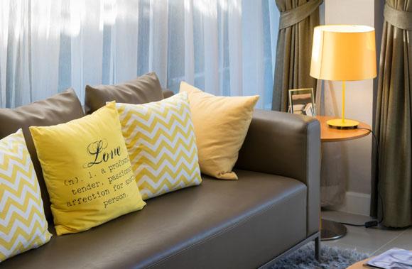decoração amarela com almofadas