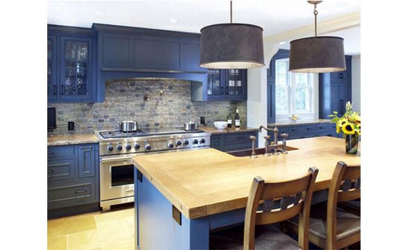 Na cozinha o azul pode ser explorado em armários, piso, azulejos ou pastilhas (Foto: Reprodução - Remodel aholic)