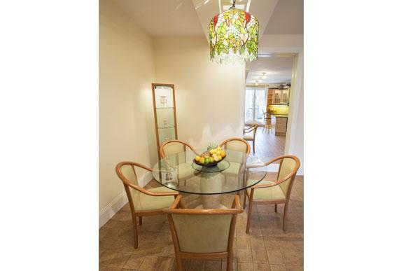 decoração de sala de jantar pequena com mesa