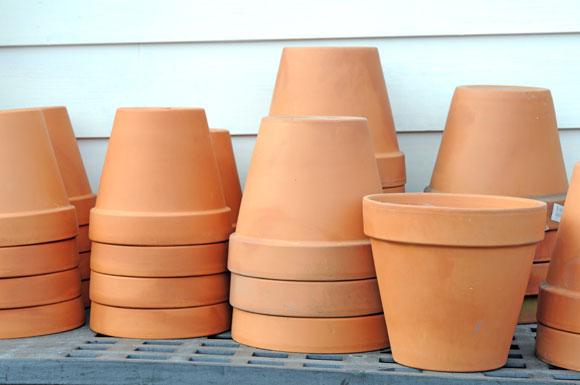 Vasos de cerâmica são boas opções para o jardim