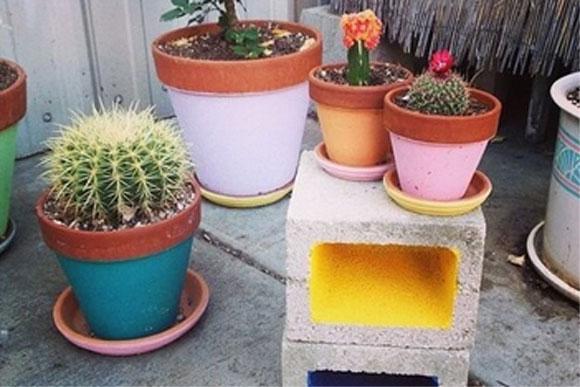 mesa jardim concreto:Ideia simples: use o bloco de concreto no jardim como suporte para os
