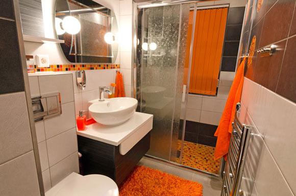 decoração laranja no banheiro
