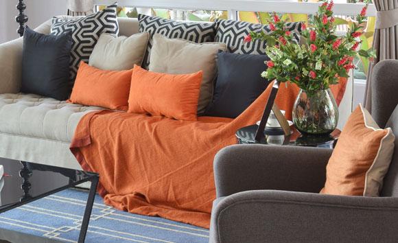 decoração laranja na sala de estar