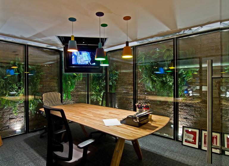 Office Urbano, escritório da Casa Cor Santa Catarina 2014, desenvolvido pelos arquitetos Luiz Fernando Zanoni e Thais Zimmermann, do Studio Archdesign usou TV pendurada no teto (Foto: Leo Simas)