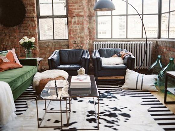 Loft mescla itens de decoração com o esilo industrial do próprio espaço (Foto: Reprodução/Pinterest Apartament Therapy)