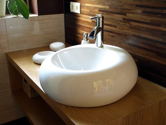 Cuba branca de porcelana em formato diferenciado deixa o banheiro sofisticado (Fotos: Shutterstock)