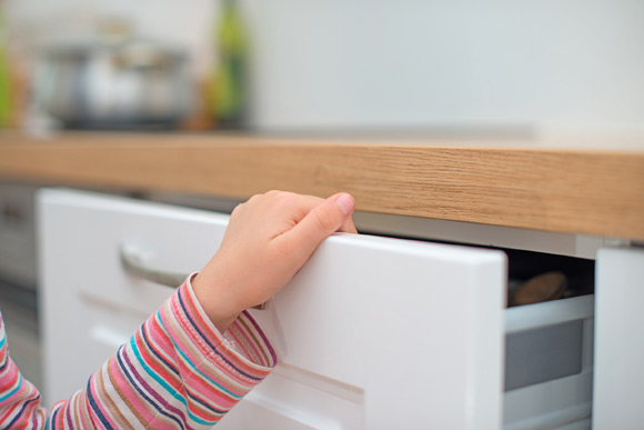 Cozinha é um ambiente perigoso para crianças, por isso é necessário estar atento ao que é guardado (Foto: Shutterstock)