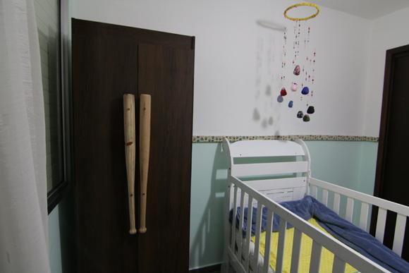 Tacos de beisebol foram usados como puxadores de guarda-roupa antigo para criar um quarto de bebê criativo (Foto: Revista do ZAP)