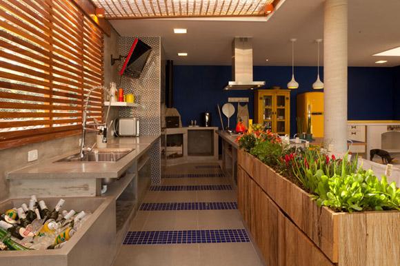 Horta na cozinha facilita o preparo de refeições saudáveis (Foto: Ana Yoshida Arquitetura e Interiores)