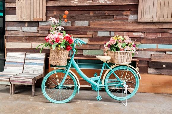 Esta bicicleta antiga foi pintada com este tom alegre de azul e recebeu dois cestos com flores. A peça se tornou um lindo item decorativo (Foto: Shutterstock)