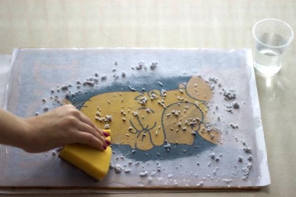 Se preferir, utilize uma esponja para passar á água no papel