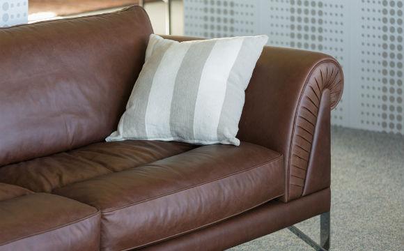Use hidratante para dar vida aos móveis de couro (Foto: Shutterstock)
