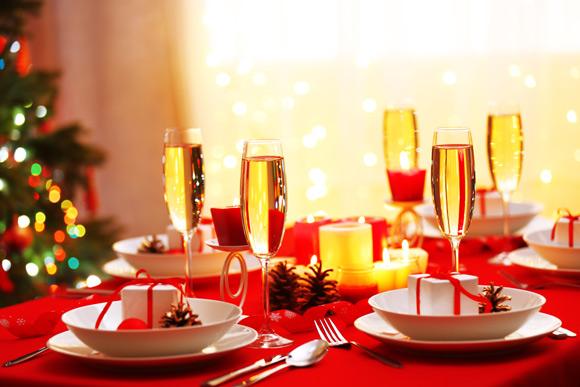 A mesa de Natal pode ficar muito mais especial com velas e alguns enfeites que fazem a diferença (Foto: Shutterstock)