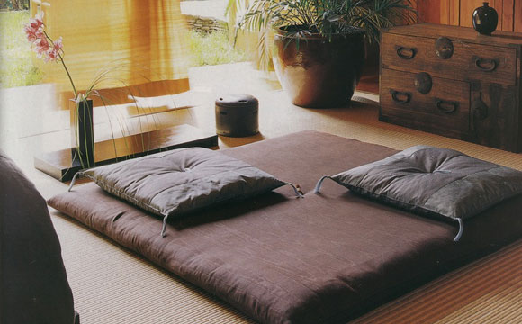 O futon ou tatame é uma boa ideia para compor o espaço zen (Foto: Reprodução/Pinterest)