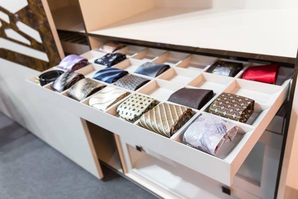Desenrole as gravatas e guarde numa gaveta com divisória (Foto: Shutterstock)