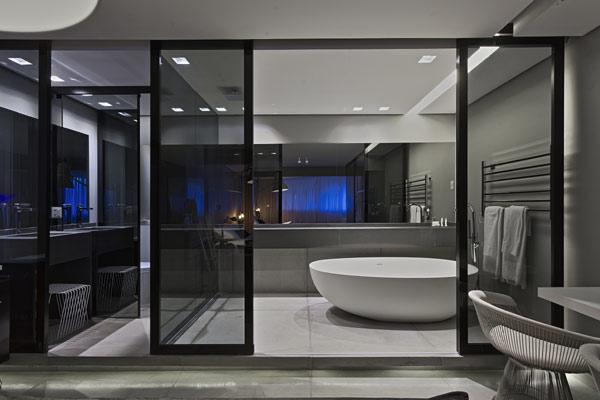 Uma proposta inovadora de Piacesi é a banheira que fica ao lado da cama (Foto: Gustavo Xavier)