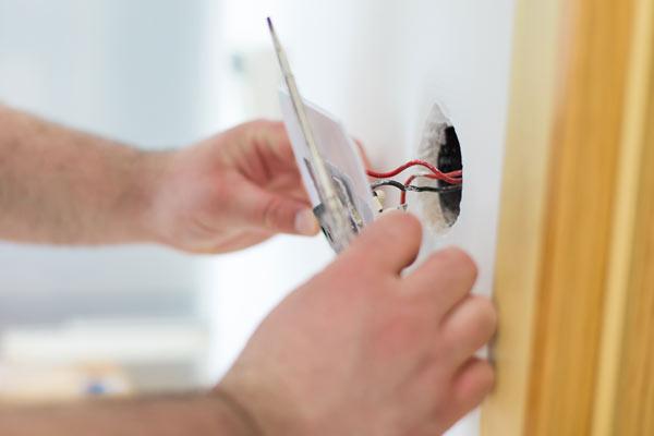 Planeje as tomadas de casa para economizar no orçamento (Foto: Shutterstock)