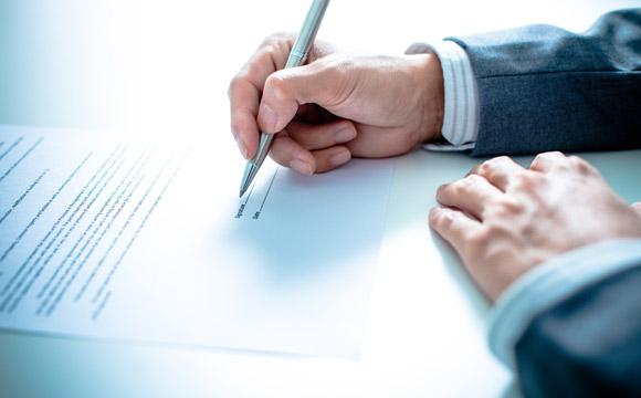 Faça sempre um contrato na hora do aluguel da casa (Foto: Shutterstock)