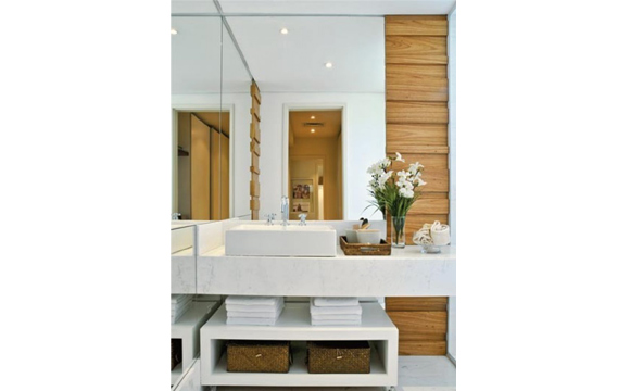 Para dar mais sensação de largura e profundidade, espelho deve ser posicionado na parede do fundo e/ou em ângulo oposto ao das janelas (foto: Divulgação/ Bath Design)
