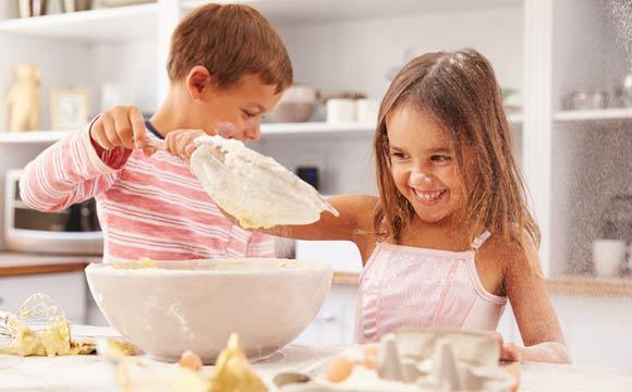 Que tal aproveitar o tempo livre para criar uma receita com as crianças? Elas não adorar (Foto: Reprodução/Shutterstock)