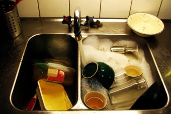 Entenda o que é a caixa de gordura e para que ela serve - Engenheiro dá dicas de como evitar entupimentos na tubulação da cozinha e como fazer a limpeza da caixa