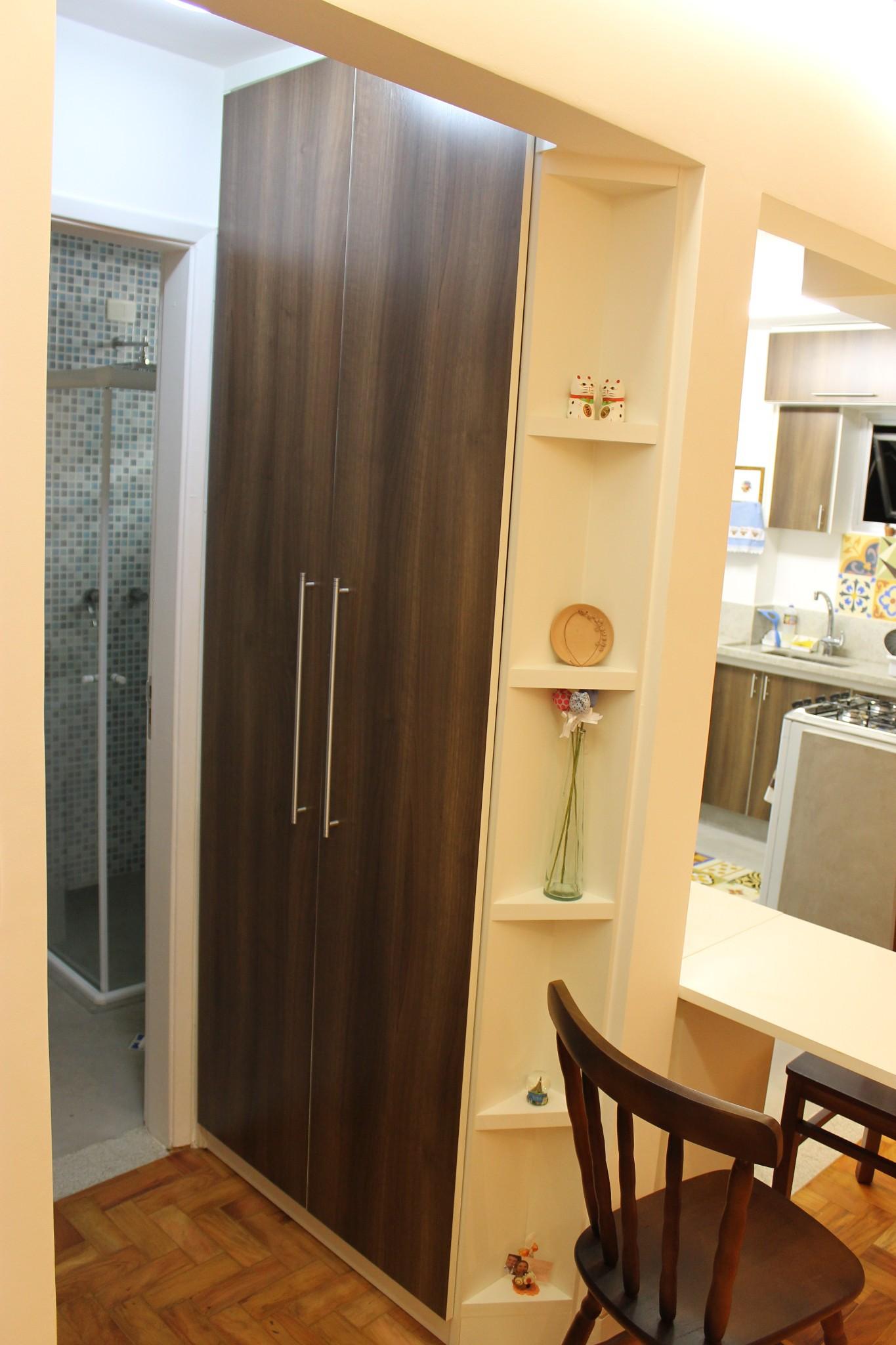 Para aproveitar o espaço o hall do banheiro e do quarto ganhou uma  #A37428 1365x2048 Banheiro De Cachorro Funciona