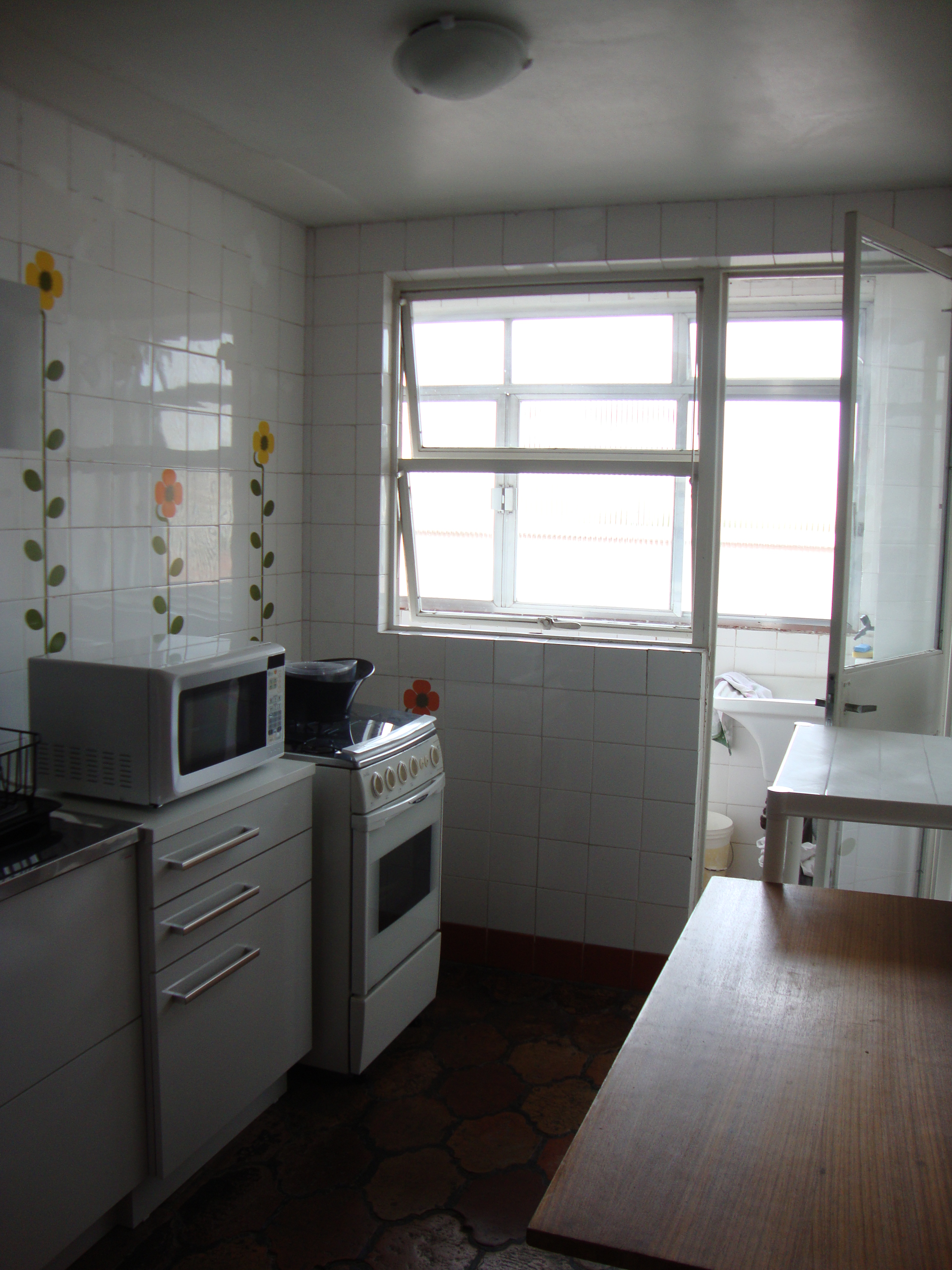 #594F47 Cozinha contemporânea: reforma deixa ambiente mais prático e  1418 Quanto Custa Uma Janela De Aluminio Para Quarto