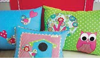 Profusão de cores em quarto infantil - Móveis reformados, almofadas e apliques na parede personalizam quarto de criança