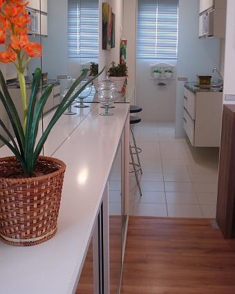 Saiba o que vale usar na decoração da cozinha - Arquitetos sugerem cores e móveis que ampliam espaço e integram área de preparo com sala de jantar